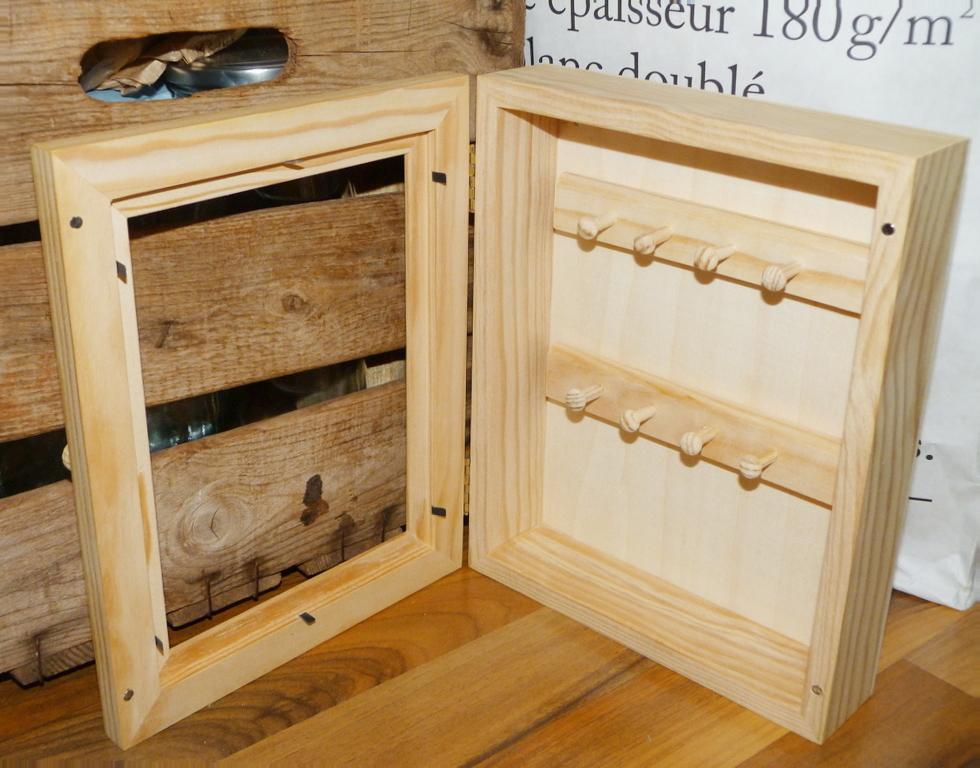 Armario para llaves decorado for Armario madera natural