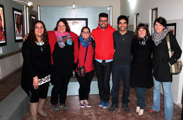 Amigos e staff do Centro Cultural Almafuerte durante o evento de abertura