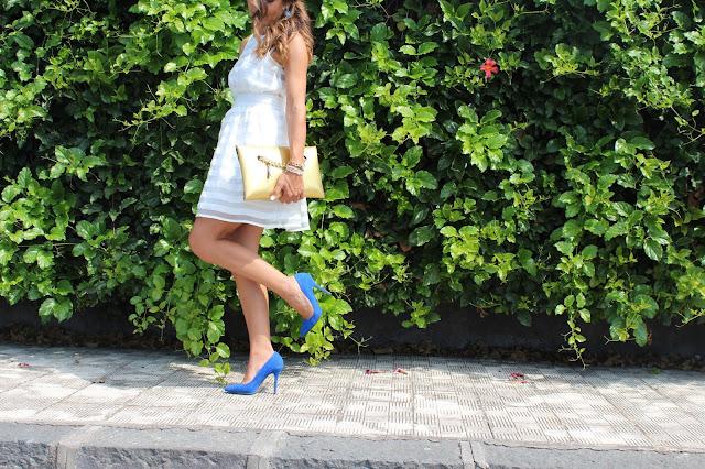outfit scarpe blu vestito bianco