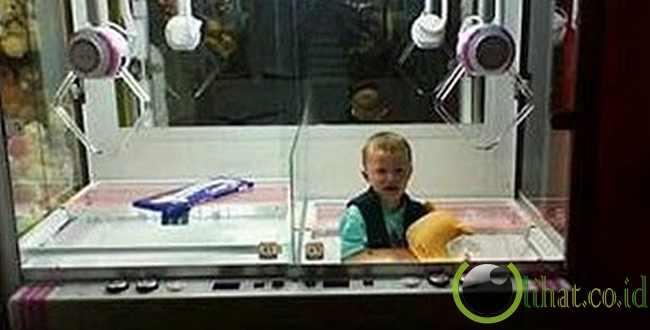 Anak yang terjebak dalam mesin arcade