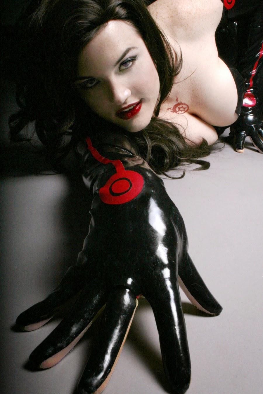 photo de cosplay féminin sexy de lust de fullmetal alchemist en combinaison de latex