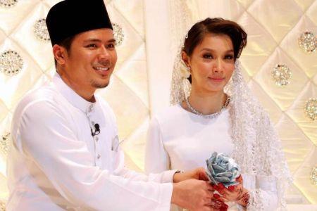 Awal (kiri) akhirnya menjadi suami kepada Scha.