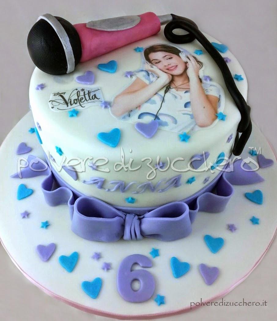 torta violetta con microfono in pasta di zucchero