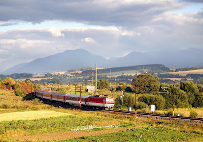 Locomotora cruza por paisajes naturales de la zona rural