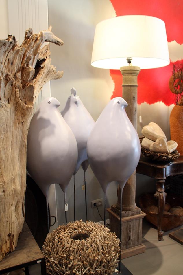 Hühner aus Stein auf Eisenstangen als Füße als Wohnaccessoires