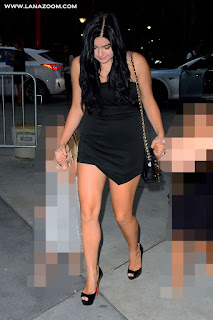 الممثلة الامريكية ارييل وينتر بفستان أسود يظهر ساقيها في لوس انجلوس