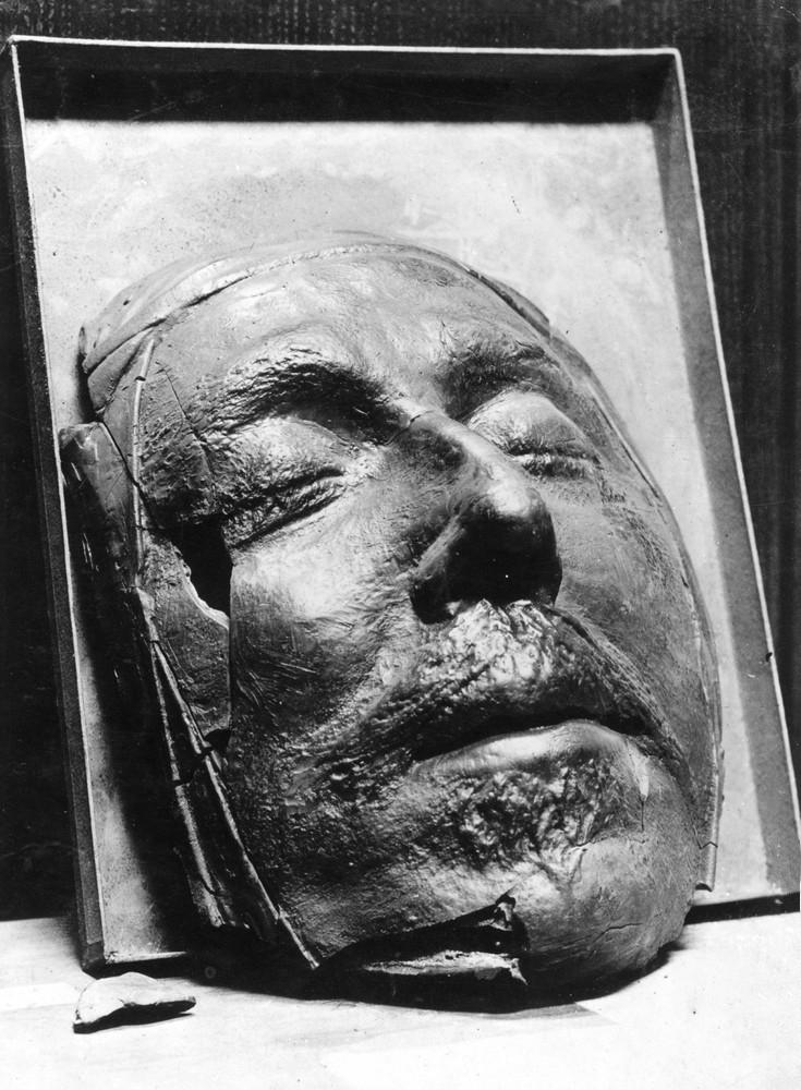 death masks of the famous knowledge. Black Bedroom Furniture Sets. Home Design Ideas