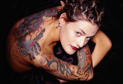 Mulher tatuada nas costas