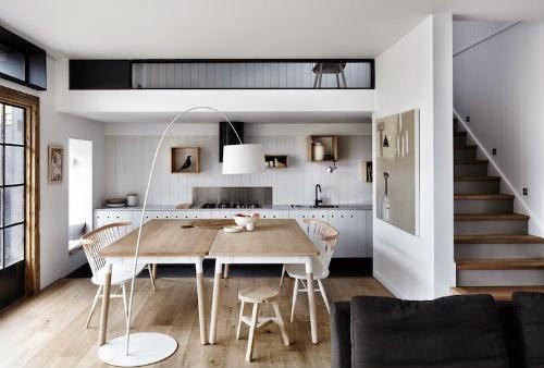 In der Küche stehen zwei große Holztische