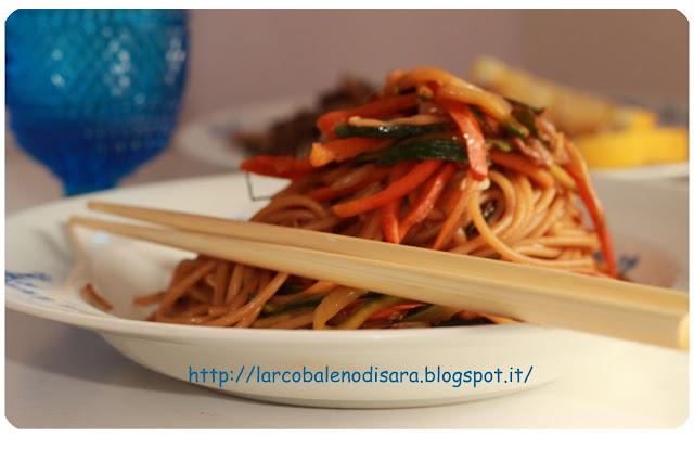 spaghetti saltati con verdure e pollo al limone