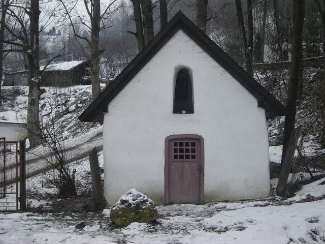 Kapliczka obok wąwozu Homole