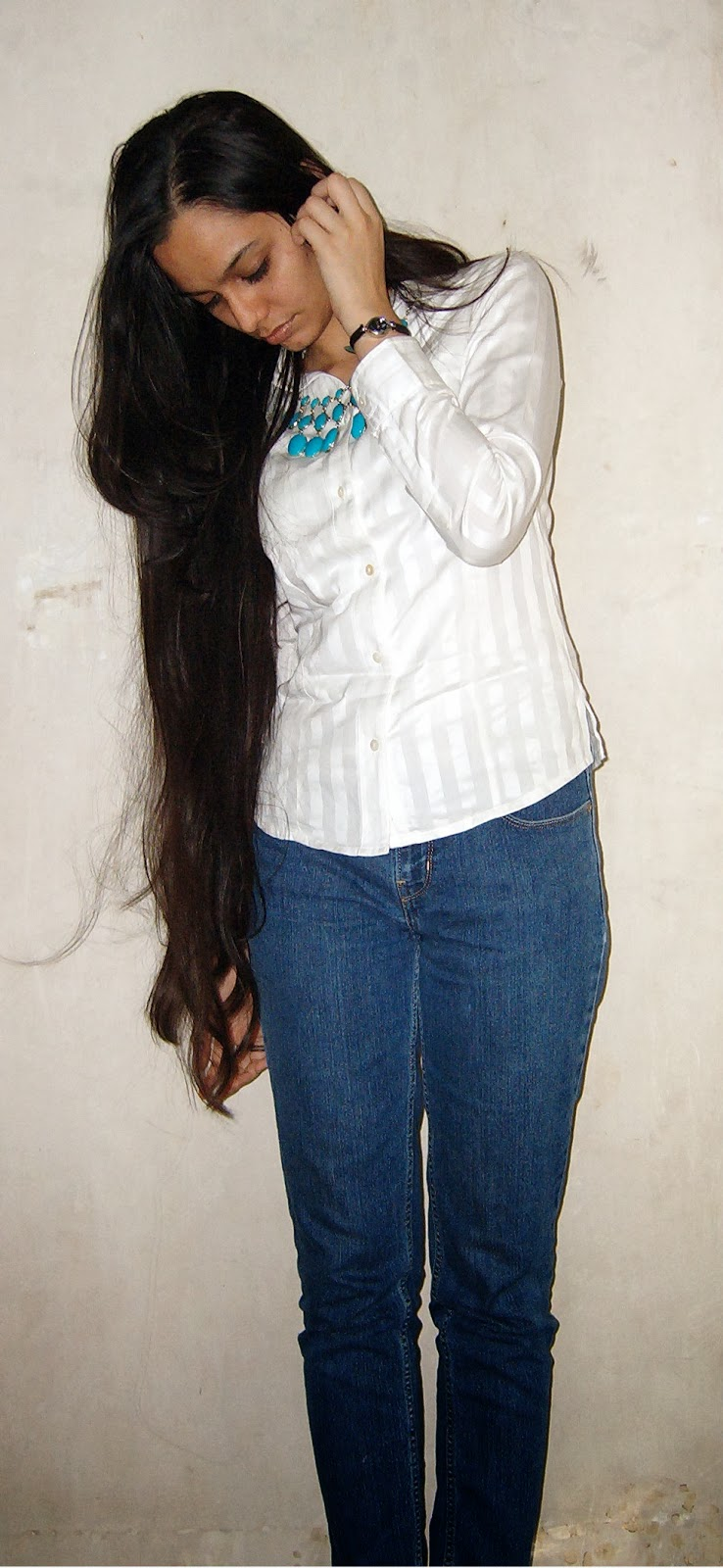 street shopping, what to buy on hill road, bandra street shopping, pantaloons sale, white shirt, long hair, blue jeans