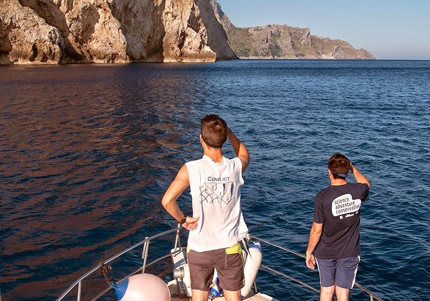 Los hijos del capitán de la embarcación miran atentos al agua