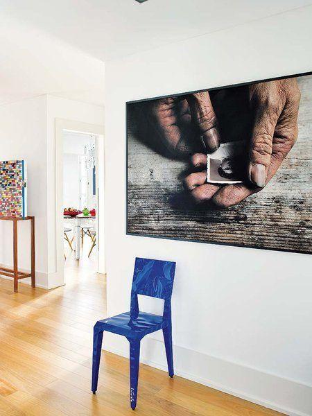 stor fotokunst, blå detaljer og store hvide vægge. lækker indretning
