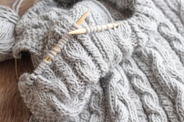 Amalie loves Denmark Wolldecke mit Zopfmuster stricken