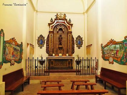 """Interior de la capella de Sant Roc on es poden apreciar, a les parets laterals, els retaules pintats per Pilarin Bayés. Autor: Francesc """"Caminaire"""""""