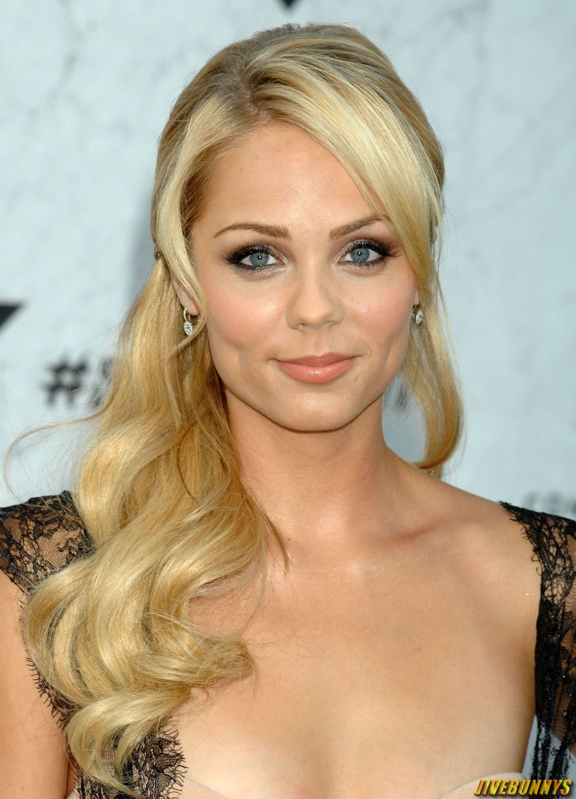 Laura vandervoort sexy blonde actress photos and image gallery 2 - Laura nue ...