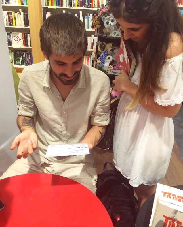 """Firma """"Tú ya no tintas nada"""" con Rubén de la Cruz (Xenon)."""