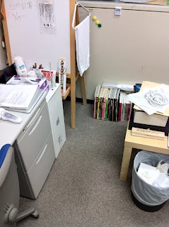 事務所の小型冷蔵庫が新築に持って行かれる