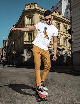 Reserva para C&A t-shirts com símbolo Reserva e calça