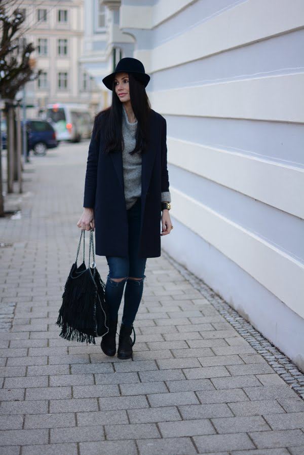 LAMOURDEJULIETTE_HAT_OUTFIT_STELLA_MCCARTNEY_FRINGE_BAG_ACNE_PISTOL_BOOTS_WINTER_OUTFIT_003