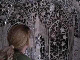 Gli specchietti sul muro servivano ad illuminare le stanze con la luce di candele