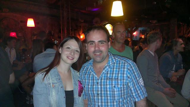 Con una amiga húngara en Szimpla Kert. Budapest en verano