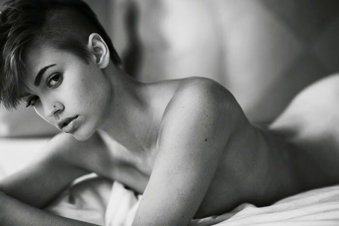 Britt Linn, la sexy Playboy de pelo corto rapado. Britt ama las motos, el fútbol, la fiesta... y pasear desnuda. Chicas guapas 1x2