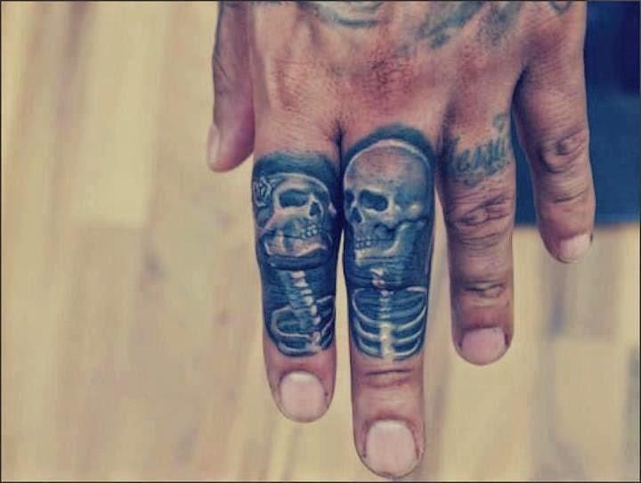 Tatuaje de esqueletos en los dedos