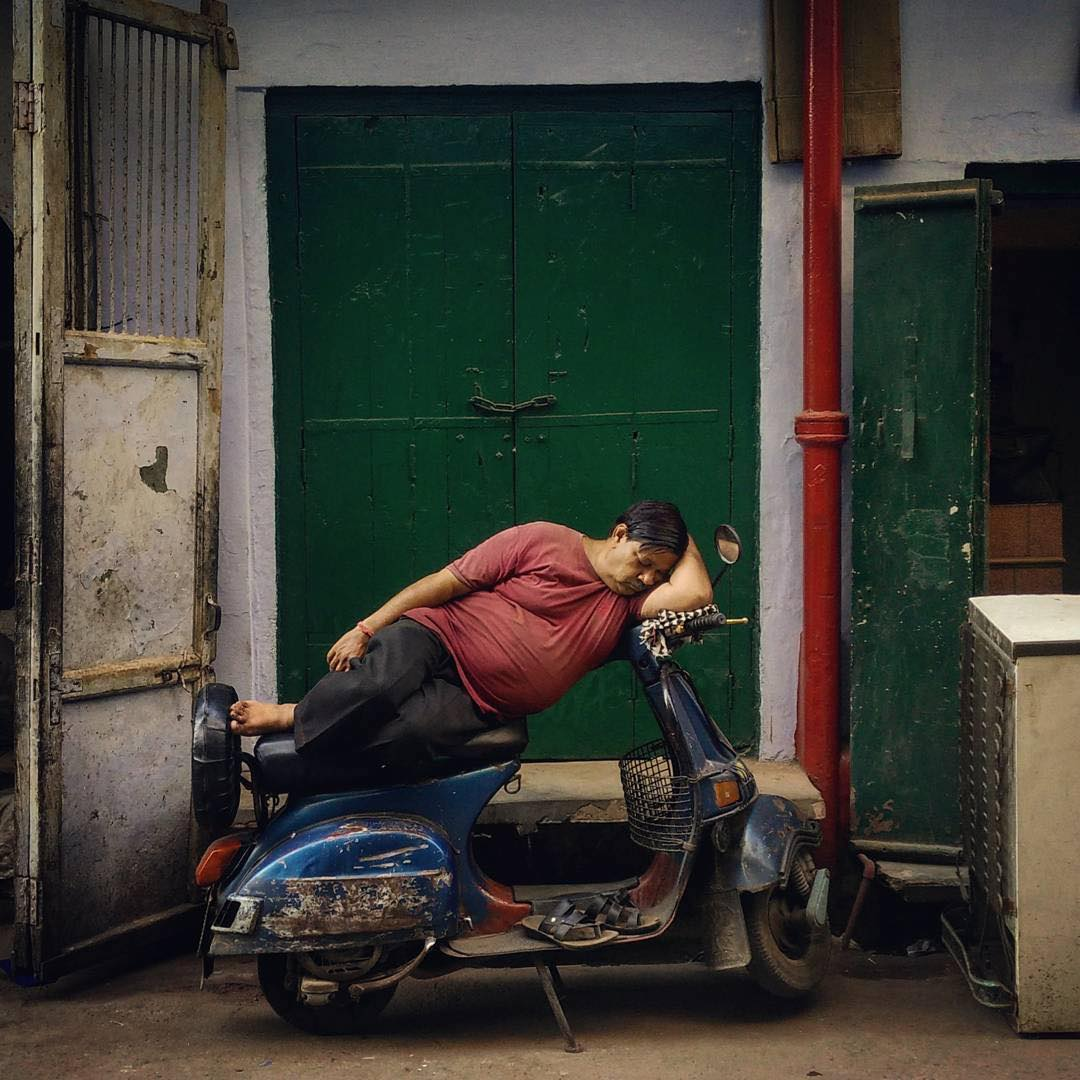 An Indian Man Sleeps on a Scooter - © JapanCameraHunter / Instagram