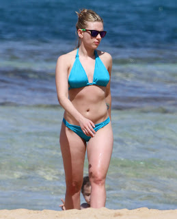 Scarlett Johansson Shows Beach Body in Bikini
