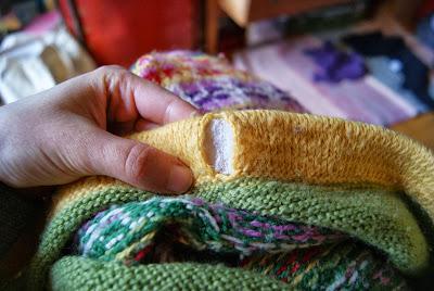 bande élastique à l'intérieur de la ceinture d'une jupe tricotée