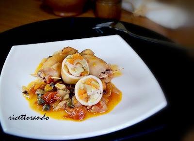 Calamari ripieni di verdura  ricetta light farciamo con le verdure e li chiudiamo con i tentacoli bloccandoli con uno spiedino di legno
