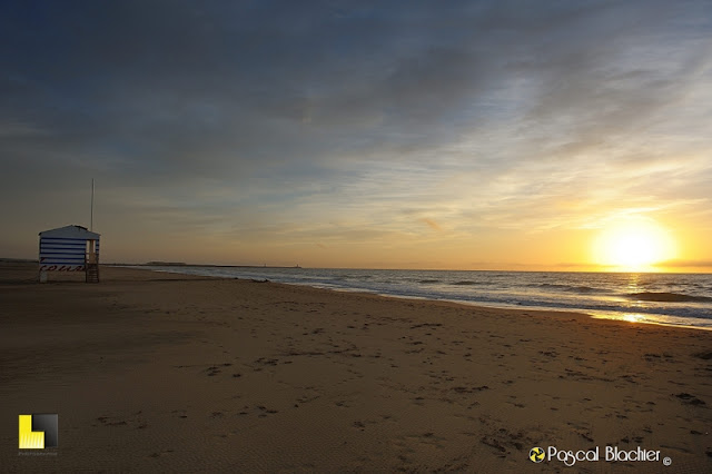 cabane de secouriste sur la plage de gruissan au lever du soleil photo pascal blachier