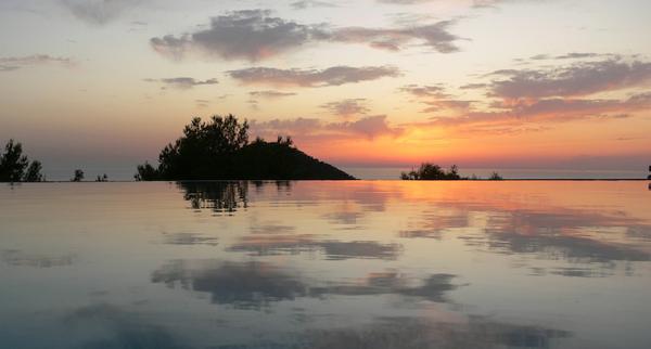 puesta de sol en la piscina de la casa rural ibiza