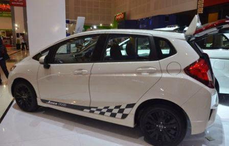 Tampilan samping Honda Jazz RS Black Top