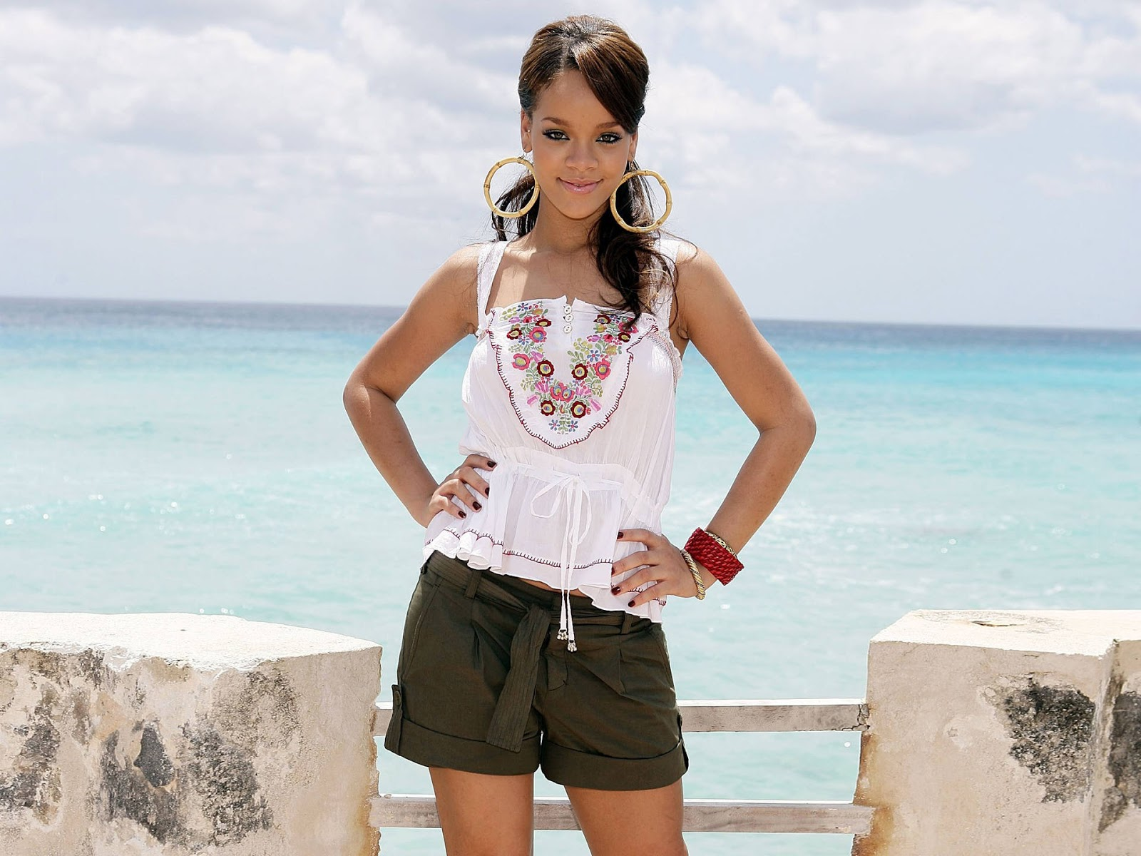 http://1.bp.blogspot.com/-PWYJcfRPhvA/UQfCvt94wLI/AAAAAAAAHuk/W_JgaIIMPnU/s1600/Rihanna+Latest+wallpapers+2013+12.jpeg