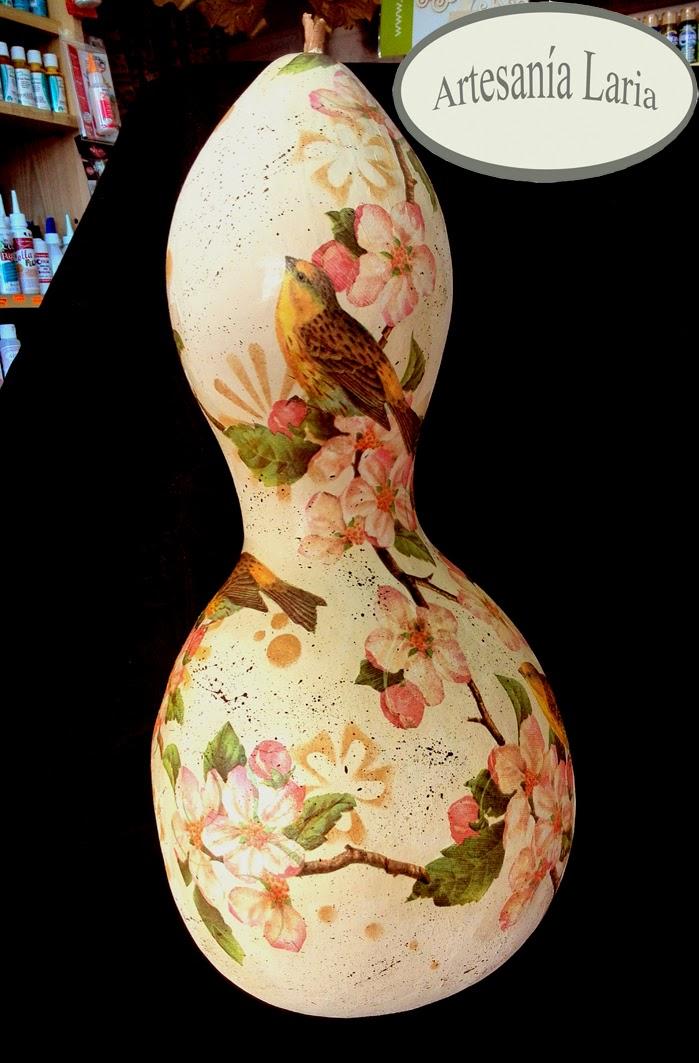 Artesan a laria calabazas secas decoradas una pintada a - Calabazas pintadas y decoradas ...