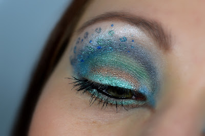 http://blushesandmore.blogspot.co.at/2014/07/monday-make-up-madness-tucan-oder.html