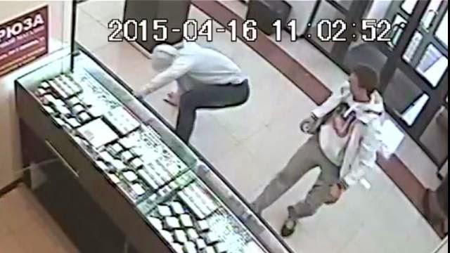 Un voleur de bijouterie croise un champion de Taekwondo, K.O. instantané
