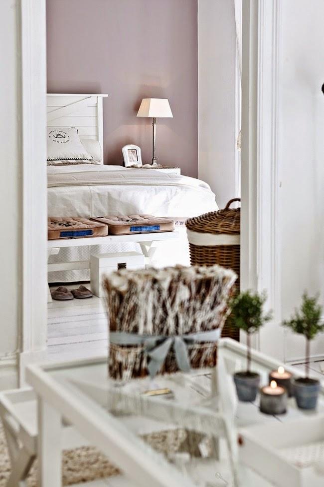 białe wnętrze, styl skandynawski, wiklinowy koszyk, ratanowy koszyk, sypialnia, łóżko