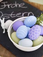 Великденски яйца в пастелни цветове украсени с пастели