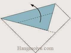 Bước 2: Gấp chéo lớp giấy trên cùng lên phía trên.