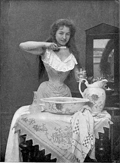 Foto siglo XIX de mujer joven cepillándose los dientes