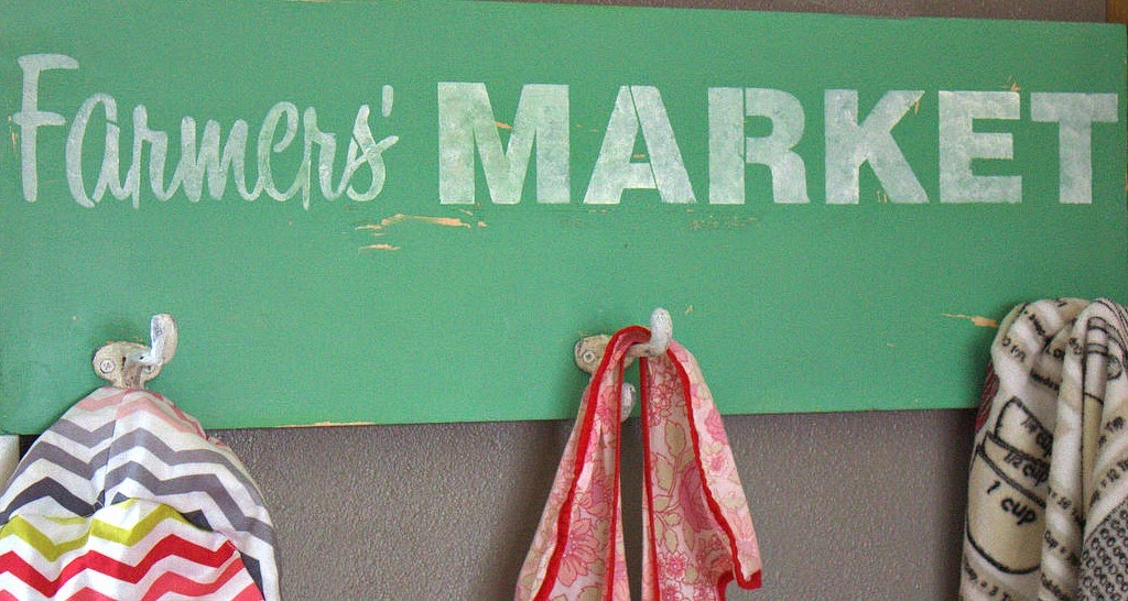 stencil, hooks, sign, vintage, paint, mineral paint, kitchen, apron, beyond the picket fence, http://bec4-beyondthepicketfence.blogspot.com/2015/03/farmers-market-coat-hook.html