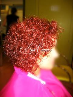 Rojo intenso en cabello rizado