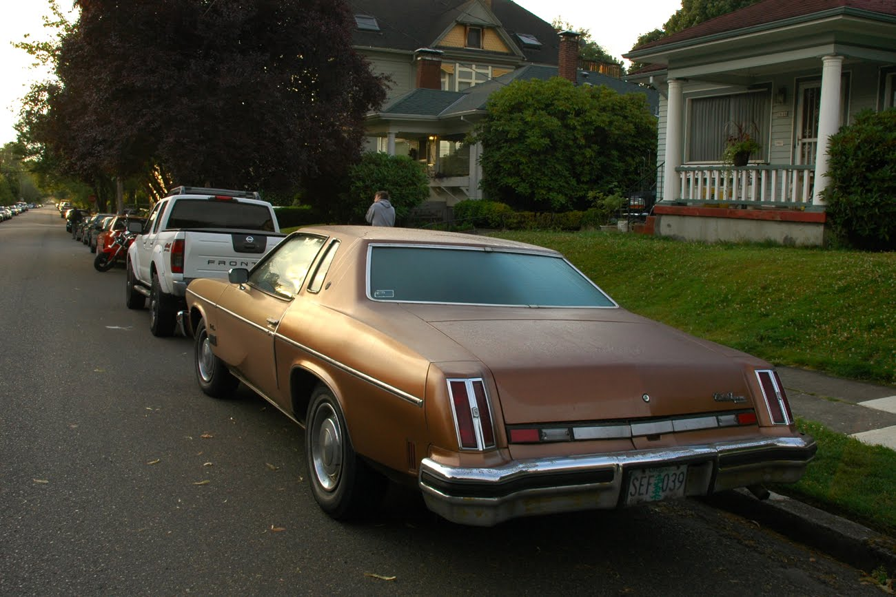 Old Parked Cars 1975 Oldsmobile Cutlass Supreme Coupe