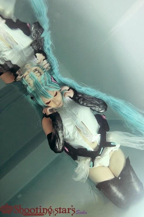 cosplay asiatique feille aux cheveux bleus sous l'eau