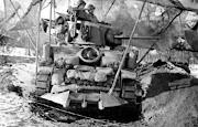 Un tanque ligero Norteamericano M5A1 Stuart del 17 de Caballería espera bien . file