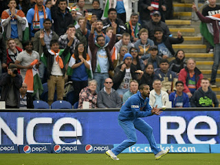 Shikhar-Dhawan-takes-a-catch-India-vs-Srilanka-ICC-champions-Trophy-2013